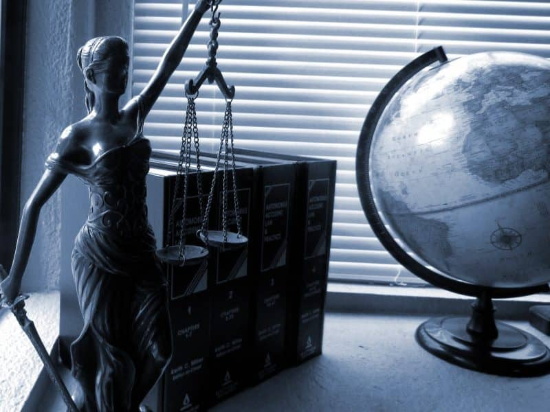 Сколько зарабатывает юрист 1